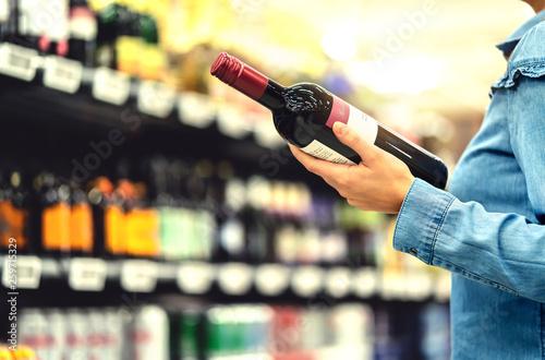 Photo Alcohol shelf in liquor store or supermarket