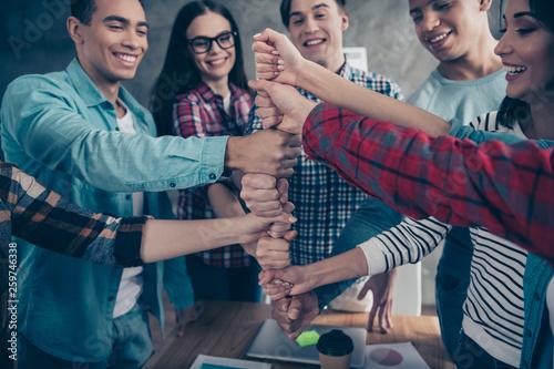 Photo  Optimistic positive joyful unity of college students girl guys race having doing