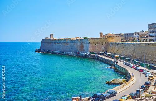 Foto auf Gartenposter Stadt am Wasser Valletta defensive walls, Malta