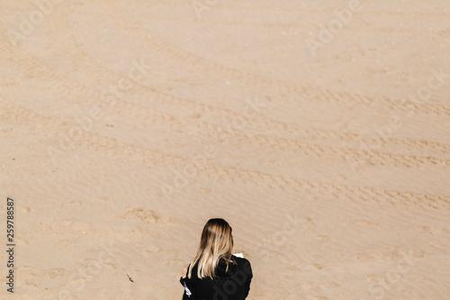 Pinturas sobre lienzo  young girl reading on the beach