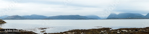Foto op Plexiglas Arctica Bergpanorama vom Valsøyfjord