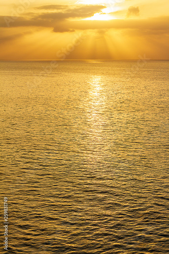 expanse of ocean at sunrise with sunrays and clouds Canvas-taulu