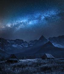 Droga Mleczna nad Tatrami i małymi domkami, Polska