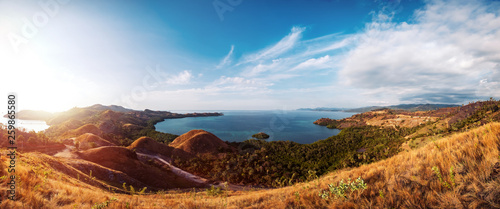 Photo Colorful sunny day panorama at Amelia sunset point, Labuan Bajo, Flores Island, Indonesia