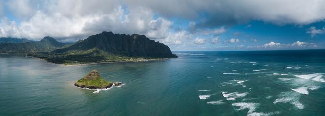 Aerial panorama wyspy Mokolii (Chinaman's Hat) otoczony falami oceanu Torquise i górami wschodniego wybrzeża Oahu, Hawaje.