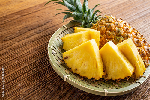 Photo Fresh and delicious pineapple fruit slice platter
