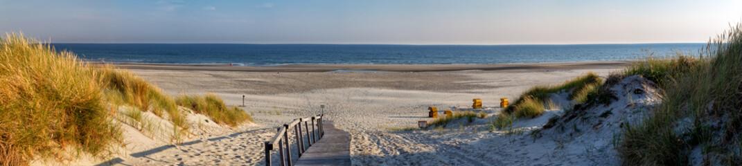 Plaža na istočnofriškom otoku Juist u Sjevernom moru, Njemačka, u jutarnjem svjetlu.