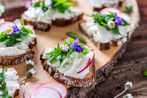 Fotomural Delicious sandwiches with spread of fresh wild meadow herbs, beautifully decorat