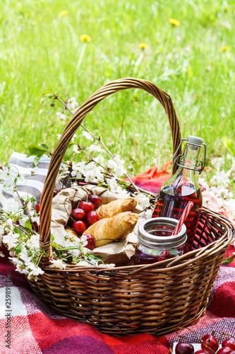 Stickers pour portes Pique-nique Picnic basket with food. Croissants, cherry berries and juice.