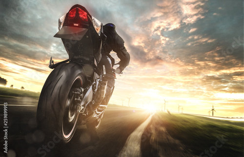 Fényképezés  Motorrad bei voller fahrt auf einer Landstraße