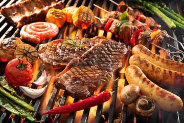 Ukusno meso s roštilja s povrćem koje cvrči preko ugljena na roštilju