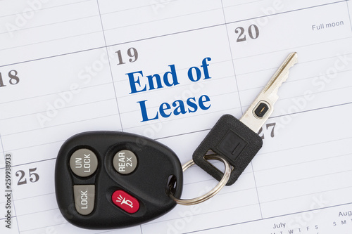 Fotografia End of lease message with monthly calendar with car keys