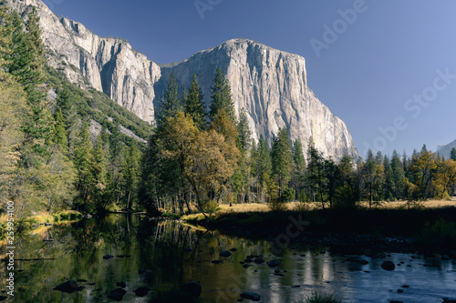 Photo  El Capitan and autumn colors reflected in the Merced River in early morning ligh