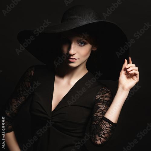 Fotografía  Portrait of a very beautiful girl in  hat