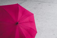 Pink Farbener, Offener Regenschirm Stehend