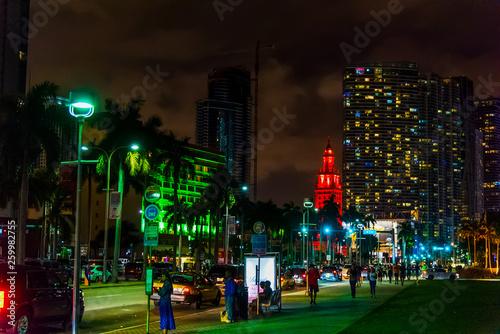 Fototapeta People in downtown Miami at night obraz na płótnie
