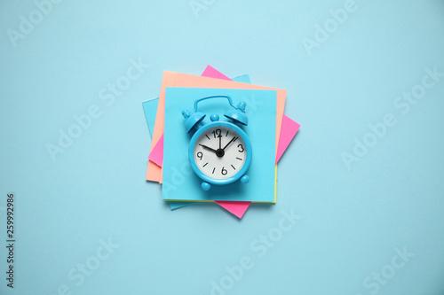 Fotografie, Obraz  Blue alarm clock and paper reminder