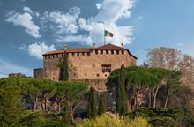 Castello Di Gorizia Con Bandiera Italiana, E Pineta, In Una Giornata Di Sole In Friuli Venezia Giulia