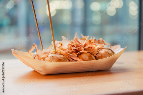 Foto  ready to eat takoyaki with chopsticks in the street food cafe
