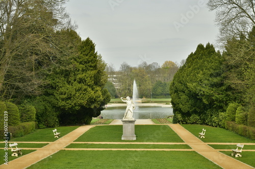 Fotografie, Obraz  Jardin à la française et la statue en marbre blanc au milieu vers la pièce d'eau