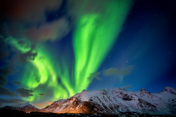 Północne światła na rozgwieżdżonym niebie