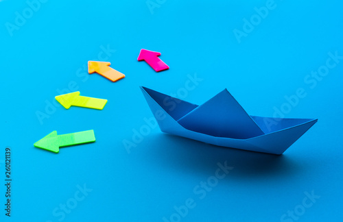 Fotografia  Business direction with boat paper and arrow on blue background
