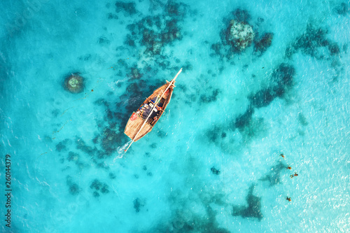 Montage in der Fensternische Turkis Aerial view of the fishing boats in clear blue water at sunset in summer. Top view from drone of boat, sandy beach. Indian ocean. Travel in Zanzibar, Africa. Landscape with sailboats, sea. Seascape