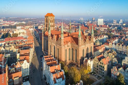gdansk-stare-miasto-w-polska-z-sredniowieczna-gocka-swietej-mary-katedra-widok-z-lotu-ptaka-w-swietle-wschodu-slonca-wczesnie-rano
