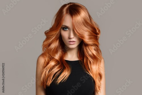 Photo Beautiful woman with long wavy coloring hair