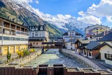 Rio Principal Del Pueblo De Chamonix, Francia, En El Fondo Los Alpes Franceses Nevados