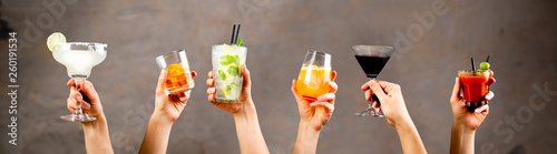 Fotografía  Hands holding classic cocktails on rustic background