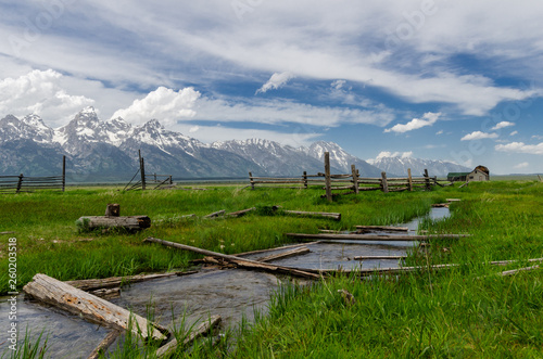 Fotografia  Homestead in Grand tetons with creek full of logs