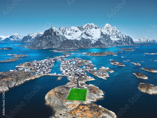 Fototapeta Fußballplatz am Polarkreis auf den Lofoten