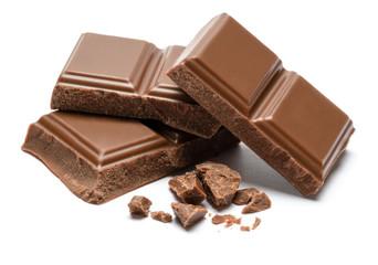 Komadići mliječne organske čokolade izolirani na bijeloj pozadini
