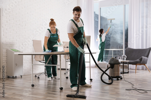 Fotomural Team of professional janitors working in modern office