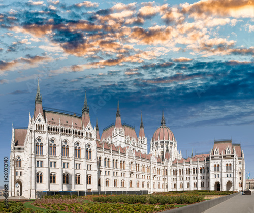 Fotografia  Hungarian Parliament at dusk, Budapest