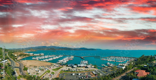 Photo Panoramic aerial view of Airlie Beach skyline at dusk, Queensland