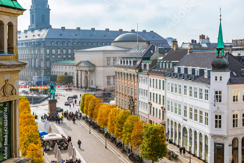 Photo  Copenhagen in the fall, people are walking around the square near the stork foun