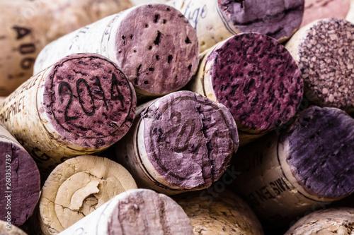 Obraz Hintergrund Textur eines zufällig verstreuten Haufens von sortierten gebrauchten Weinkorken mit Sorte und Weingut Details auf der Oberfläche der Korken, Nahaufnahme Draufsicht - fototapety do salonu