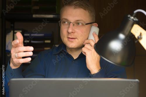 Valokuva  Mann telefoniert mit erklärender Gestik als Beispiel für Körpersprache