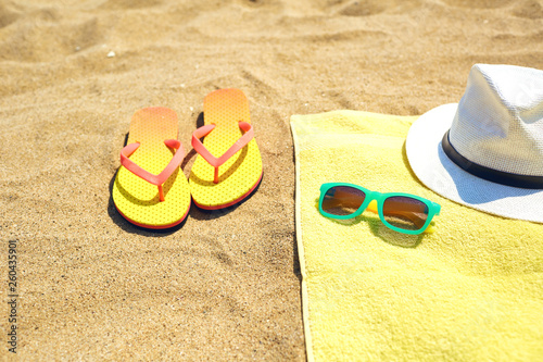 Stickers pour porte Pierre, Sable Flip flops near towel with hat and sunglasses