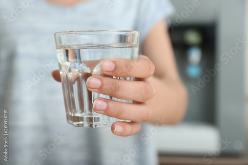 Carta da parati  Woman with glass of water indoors, closeup