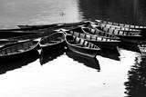 Łodzie na jeziorze Phewa, Pokhara, Nepal. Obraz czarno-biały - 260468938