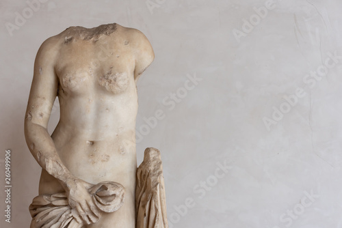 Stampa su Tela Ancient roman statue in ruins showing a nude female body