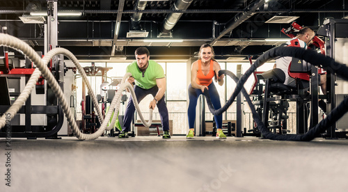 Mężczyzna i kobieta, ćwicząc w siłowni