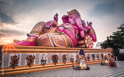 Fotografía  Great pink color elephant head god of Hindu is base on out door in Chachoengsao,