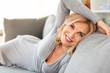 canvas print picture - Attraktive Frau liegt zuhause auf der Couch