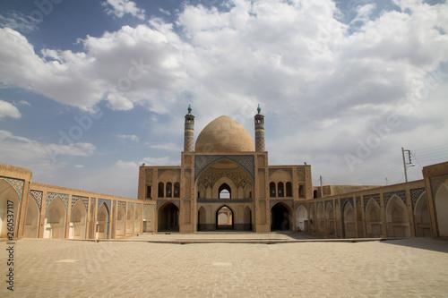 Fototapeta pusty dziedziniec zabykowego meczetu w iranie obraz