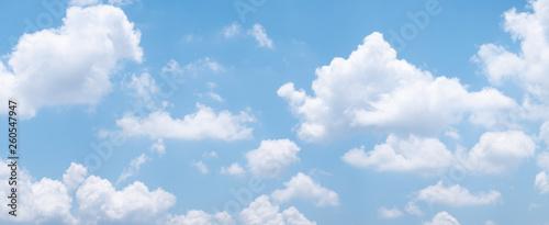 tlo-blekitnego-nieba-z-bialymi-chmurami-w-ciagu-dnia-panorama
