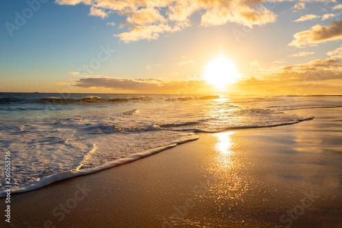 Poster Mer coucher du soleil Sunset over tropical island beach, Hawaii, Kauai